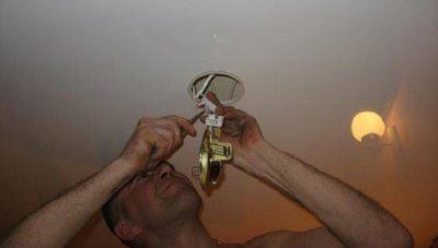 Как поменять люстру на натяжном потолке?