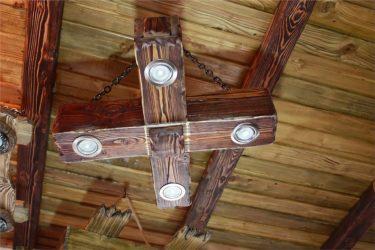 Люстра из деревянных балок