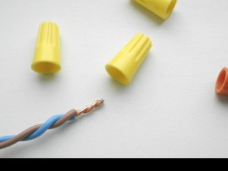 Соединение проводов с помощью колпачков