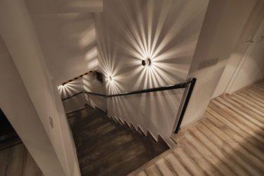 Люстра над лестницей в частном доме
