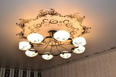 Как подобрать люстру к натяжному потолку?