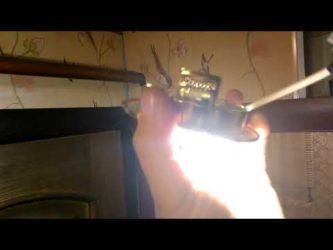 После выключения света лампочка продолжает тускло гореть