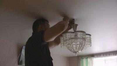 Как снять люстру тарелку с потолка?