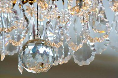 Как отличить хрустальную люстру от стеклянной?