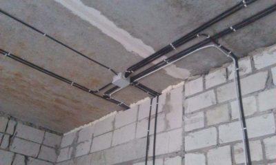 Как вести проводку по потолку в квартире?