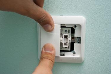 Как поменять выключатель света с двумя клавишами?