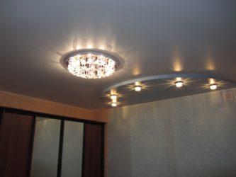 Сочетание люстры и точечных светильников